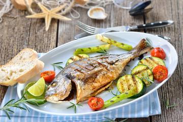 Mediterrane Küche: Gegrillte Rosmarin-Dorade royal mit Grillgemüse und Ciabatta-Brot – Mediterranean cuisine: Grilled gilthead seabream with mixed rosemary vegetables and baguette