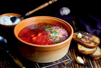 суп из свеклы со сметаной,гренками и чесноком
