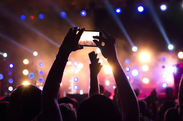 Capture video at a concert at the phone camera in a bright spotlight lamps
