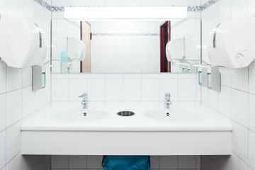 Waschraum Leer, Waschbecken Mit Spiegel Und Desinfektionsmittel