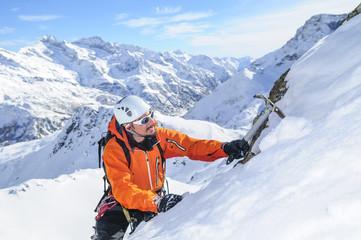 Aufstieg im steilen Gelände im winterlichen Hochgebirge