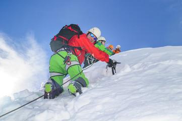 Seilschaft beim Aufstieg im steilen verschneiten Hang