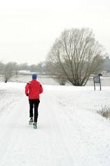 Jogger in einem Park bei Magdeburg im Winter