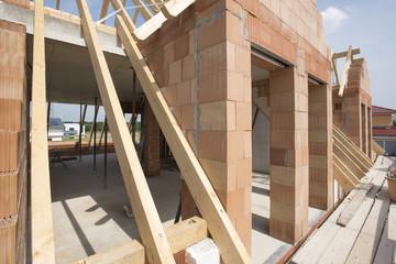 Hausbau im Rohbau mit Ziegel und Dachstuhl