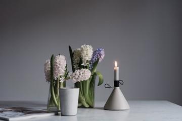 Stillleben im Frühling mit Hyazinthen und Kerze Keramik auf Marmortisch