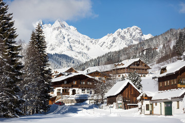 Fototapete - Alpine village in winter. Austrian alps