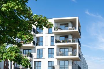 Moderne Wohnhäuser in der Stadt am Park