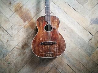 Alte braune Gitarre aus wilden Zeiten als Fundstück auf dem Dachboden eines Bauernhaus in Rudersau bei Rottenbuch in Oberbayern