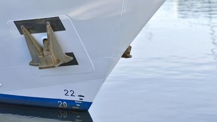 Weißer Schiffsbug mit Anker und Wasser
