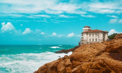Costa con mare in italia, toscana con castello