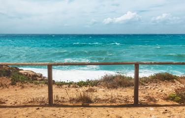 Vista mare con spiaggia e staccionata