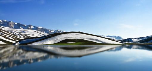 Dağın Göl Üzerine Muhteşem Yansıması