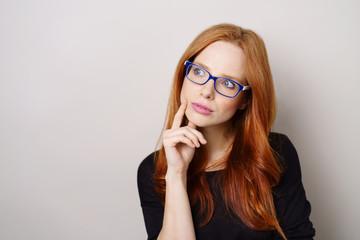 nachdenkliche frau mit blauer brille