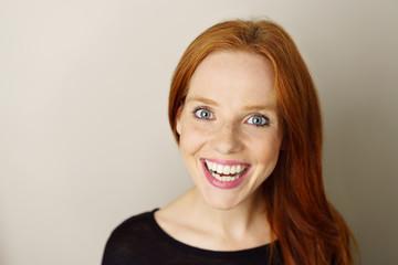lachende frau mit blauen augen und roten haaren