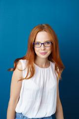 selbstbewusste junge frau mit blauer brille