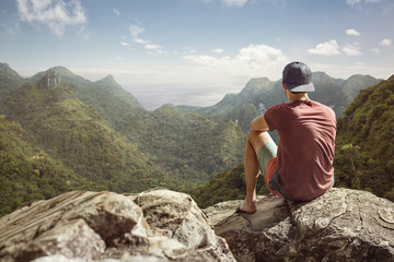 Junger Mann hat weiten Blick auf tropische Landschaft