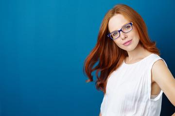 attraktive frau mit langen, roten haaren und brille