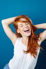 frau mit roten haaren tanzt vor freude