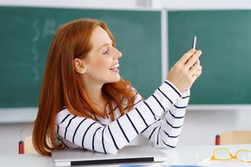 studentin macht ein foto im seminar