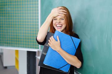 studentin lacht über ein missgeschick