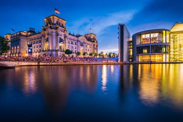 Reichstag und Paul Loebe Haus in Berlin am Abend, Deutschland