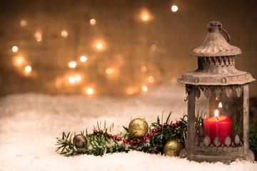 laterne mit weihnachtsdekoration