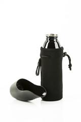 schwarze Trinkflasche für Tiere mit Kühlbeutel, Freisteller