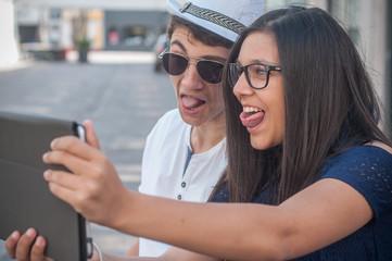 adolescents faisant un selfie en extérieur