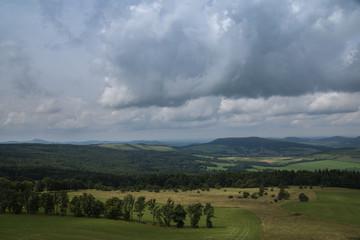 Land unter Wolken