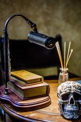 лампа и череп на столе в домашнем кабинете
