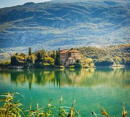 Fotorolgordijn Kasteel Toblino lake with castle