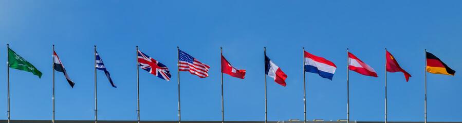 Internationale Flaggen wehen im Wind