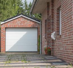 Garage mit einem weißen Tor und Mauerwerk
