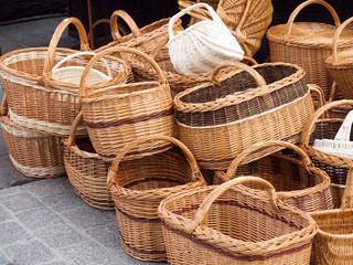 Tradycyjne wyroby rękodzieła na straganie