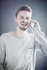 freundlicher smarter Mann beim telefonieren