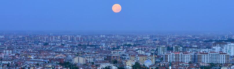 Şehrin Üstüne Doğan Ay