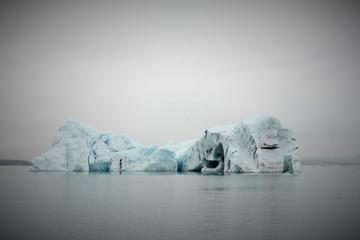 Islande, Jokulsarlon, iceberg bleu et noir