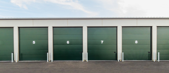 Mehrere Rolltore einer Industriehalle als Panorama - Several roller doors of an industrial hall as a panorama
