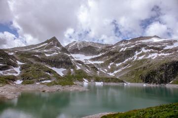 Bergsee mit Glätschen im Hintergrund