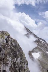 Wolken an einem Bergkamm