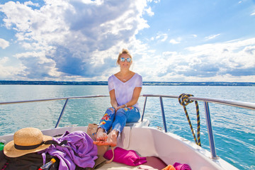 Entspannen auf dem Bodensee - Young woman relaxing on a motorboat