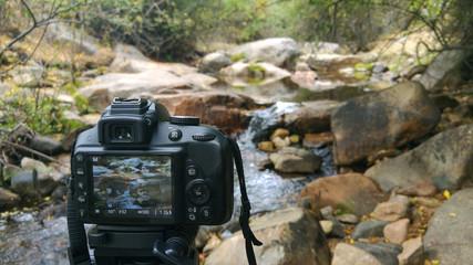 Fotografía entre las piedras a un riachuelo