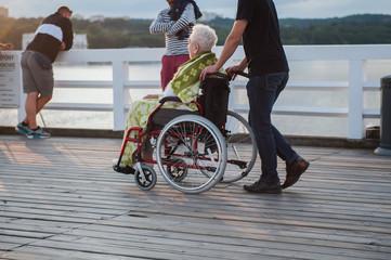 Obraz starsza kobieta na wózku inwalidzkim - fototapety do salonu