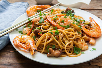 Oriental noodles with prawns