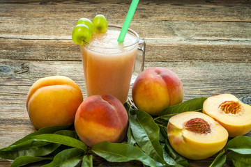 Foto op Aluminium Sap Peach smoothies and peaches with leaves.
