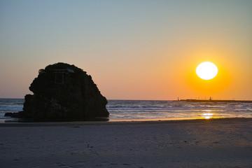 稲佐の浜、弁天島と夕日