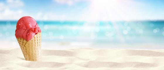 Leckeres Eis in der Waffel am Strand