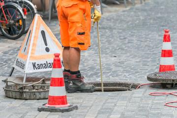 Photo sur Toile Canal Straßenarbeiter bei Kanalarbeiten