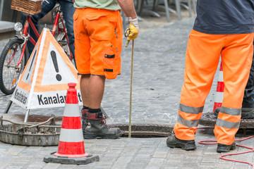 Foto auf AluDibond Kanal Straßenarbeiter bei Kanalarbeiten