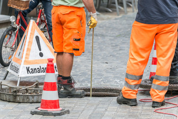 Papiers peints Canal Straßenarbeiter bei Kanalarbeiten